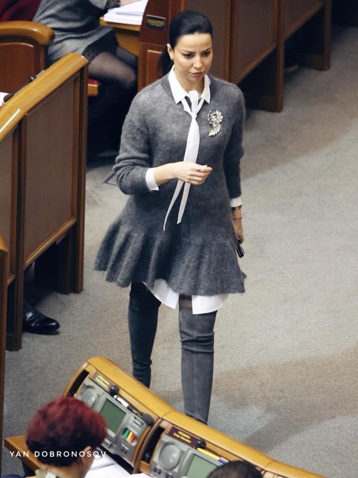 Оксана Дмитрієва стиль: ботфорти і вовняна сукня