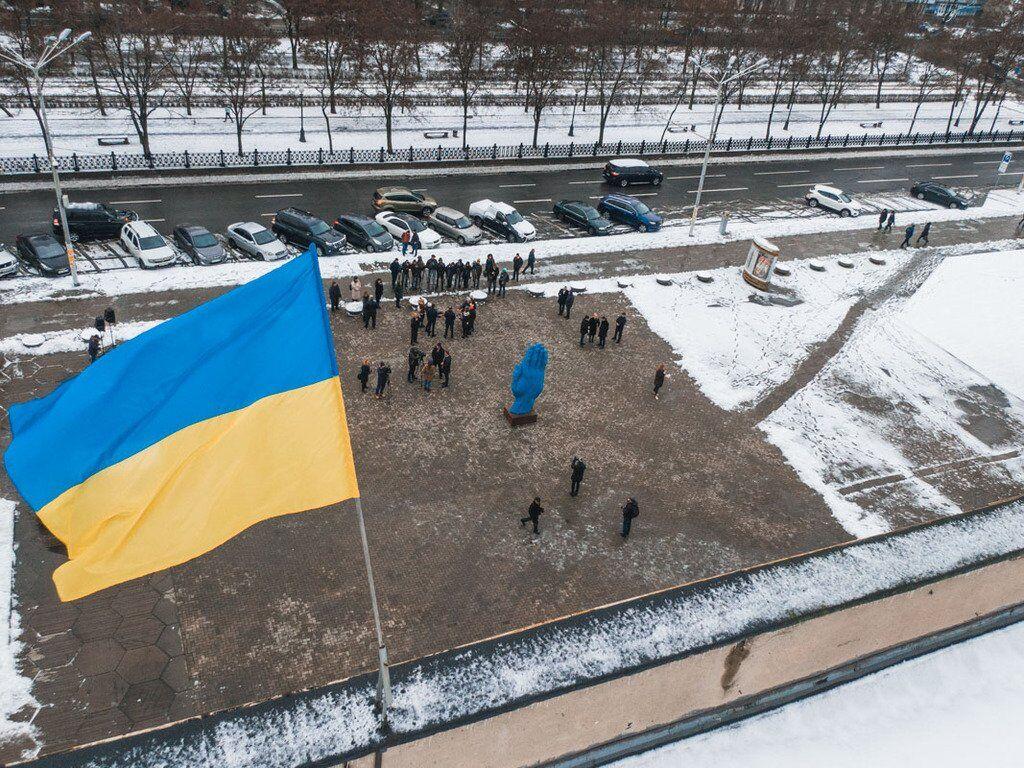 У центрі Дніпра з'явилася статуя, яка влаштувала фурор у Києві
