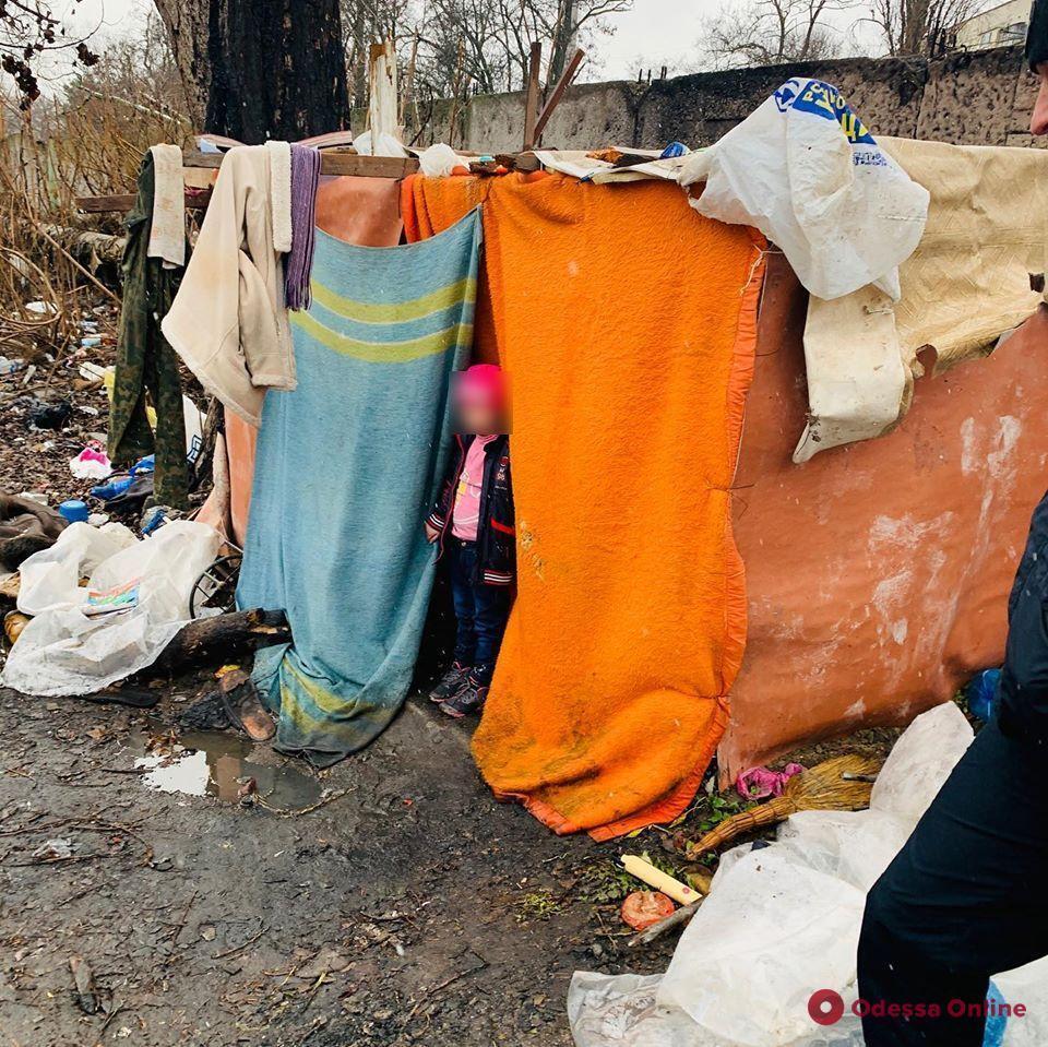 В Одесі на звалищі в курені знайшли маленьку дівчинку