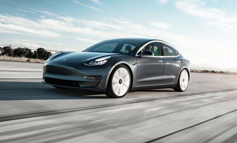 Tesla Model 3 является одним из популярных компактных электромобилей