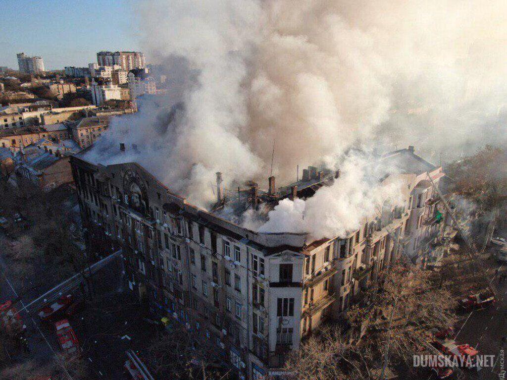 В загоревшемся колледже в Одессе рухнула почти вся крыша