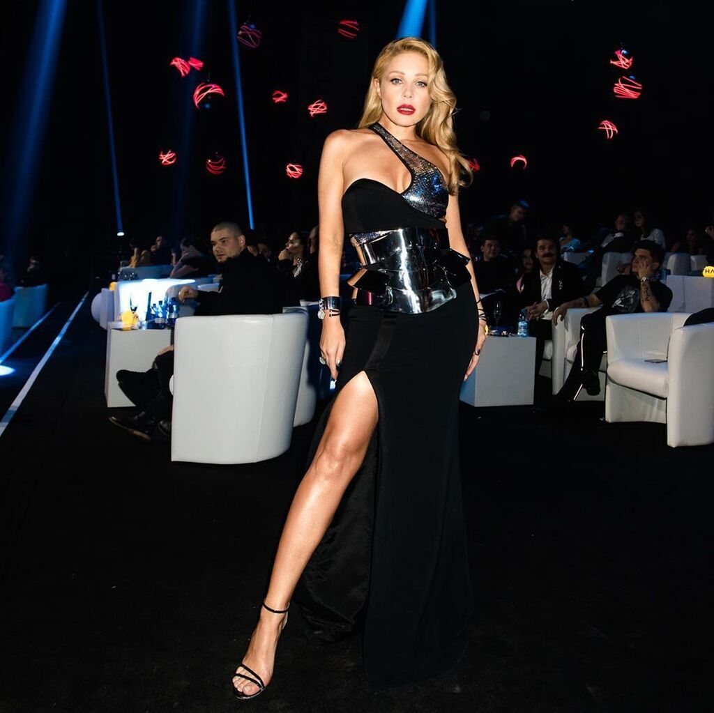 Тинка Кароль показала роскошную ногу