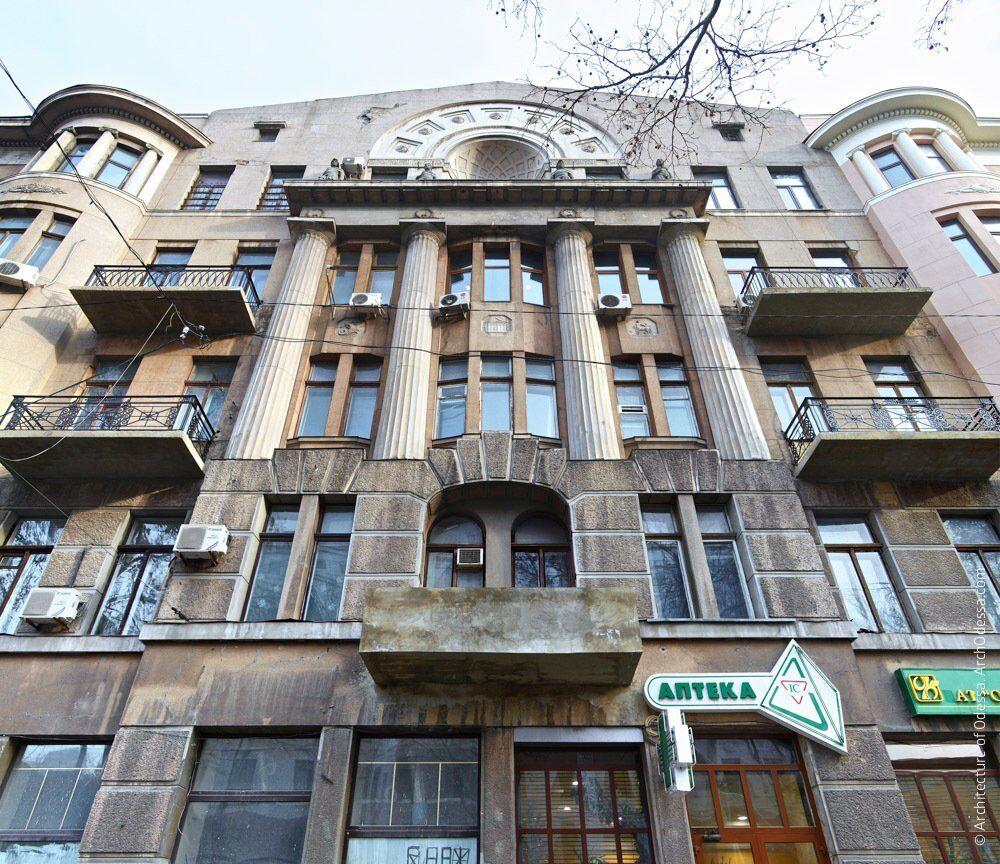 Фрагмент фасаду по вулиці Пушкінській