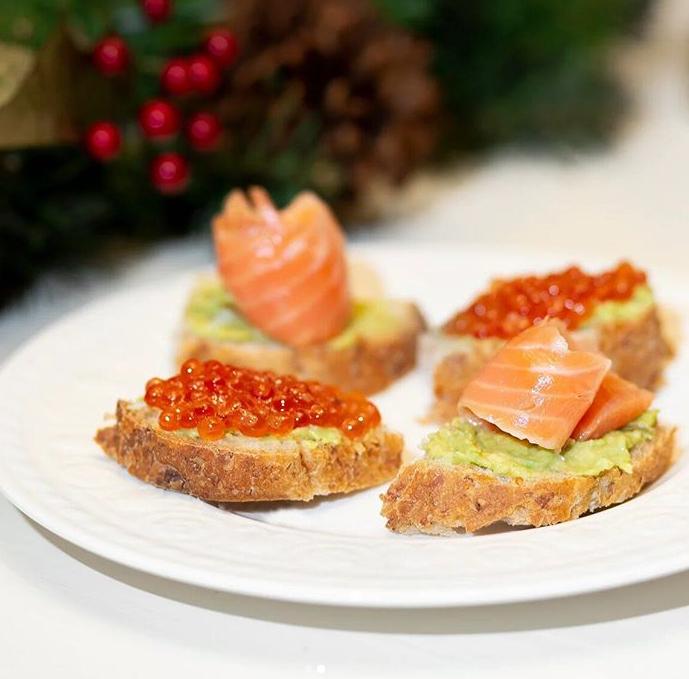 Бутерброд с авокадо и красной рыбой / икрой