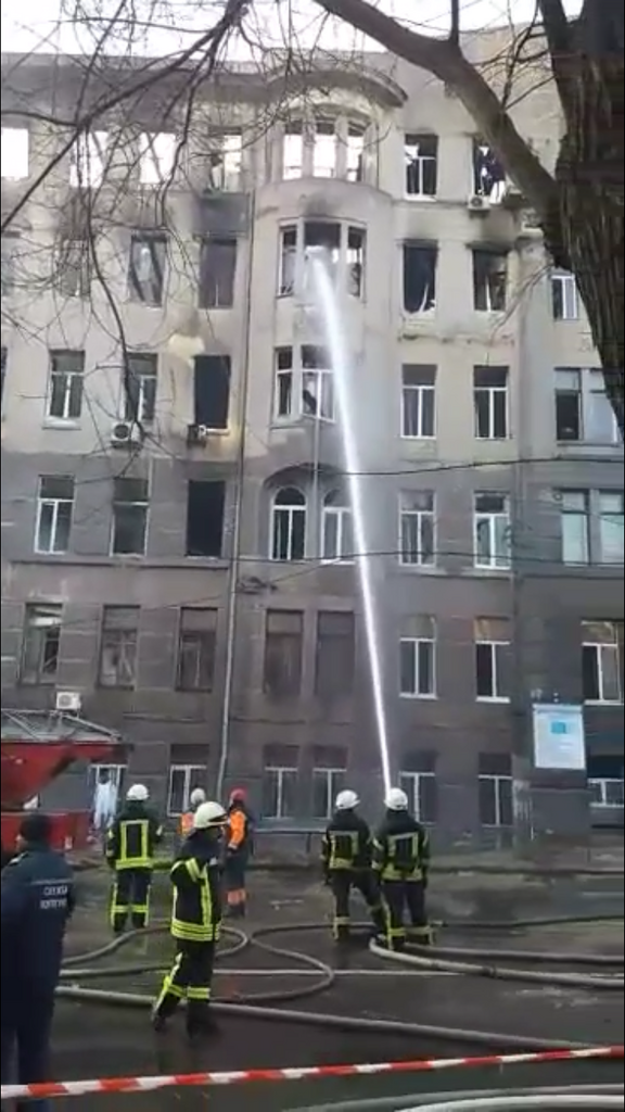 Крыша и перекрытия в здании рухнули