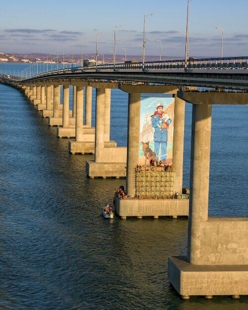 """Крымский мост """"украсили"""" муралом"""