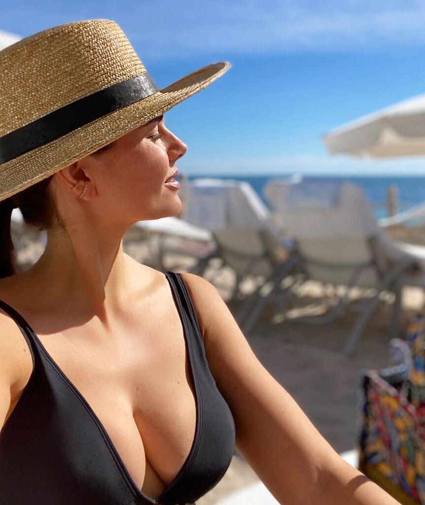 Дочь Крутого сверкнула пышной грудью на пляже