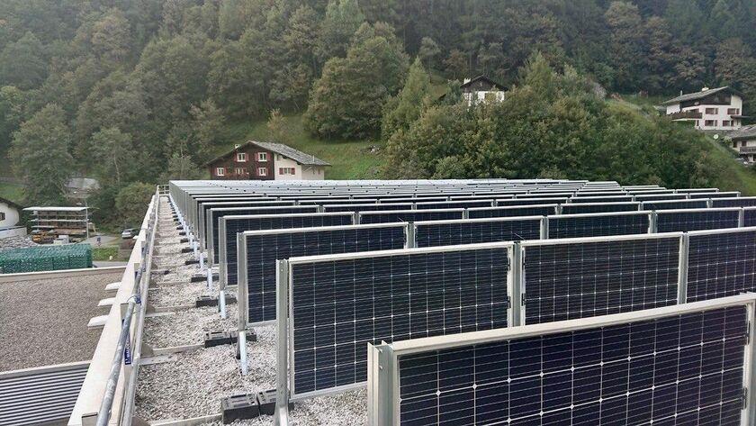 Двухсторонние солнечные панели на крыше завода Coca-Cola