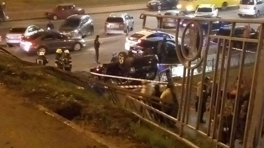 У Києві авто впало з моста
