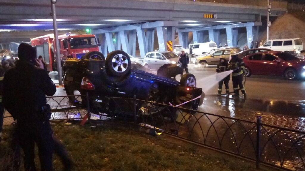 У Києві авто злетіло з моста