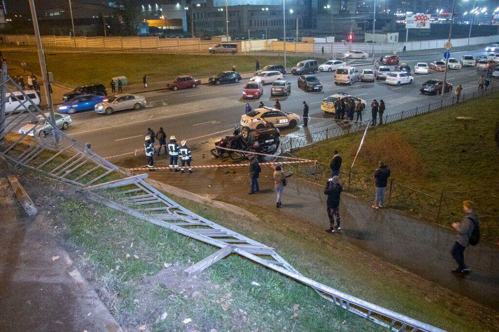 У Києві авто впало з мосту на дорогу
