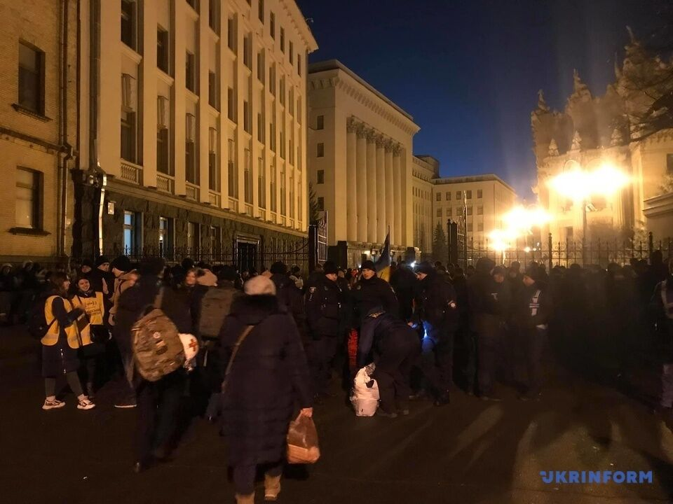 """Под Офисом Зеленского устроили """"Ночной дозор"""""""