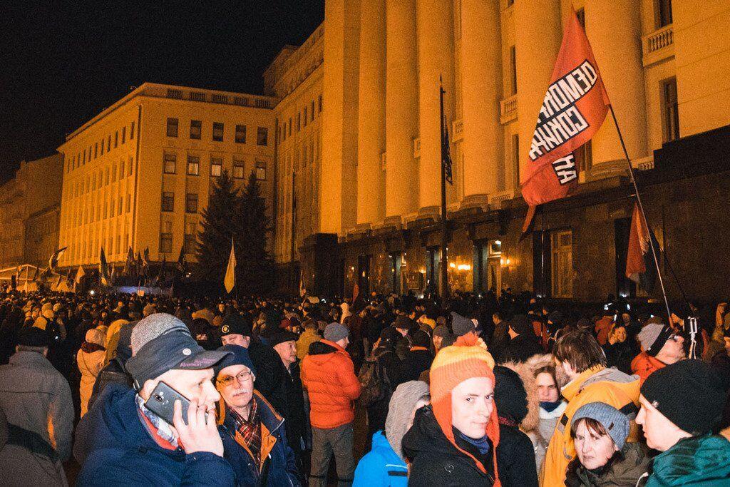 """Под Офисом Зеленского устроили """"Ночной дозор"""": случились потасовки"""