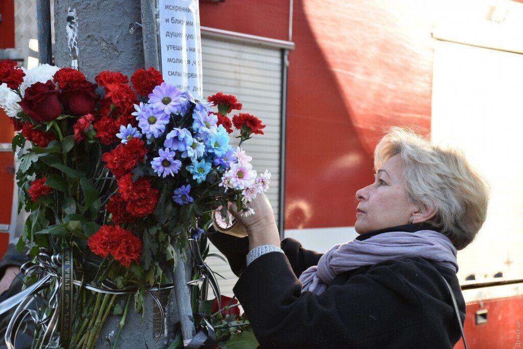 Про жалобу нагадували тільки квіти і прапори