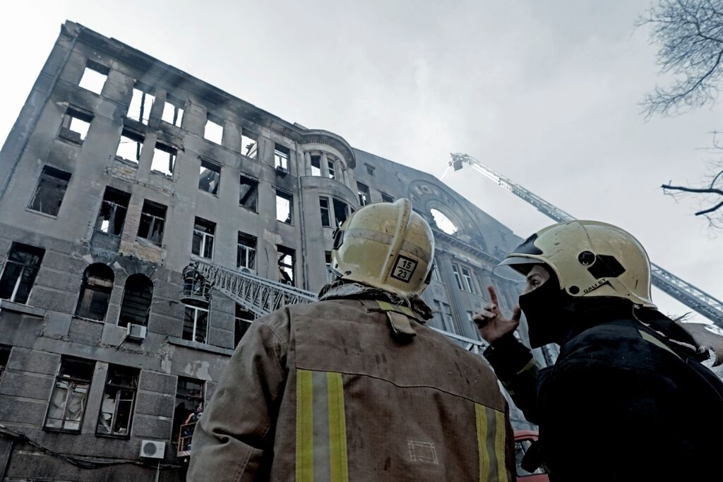 Разбор завалов на месте сгоревшего колледжа в Одессе