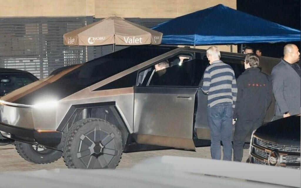 Ілон Маск виходить з авто
