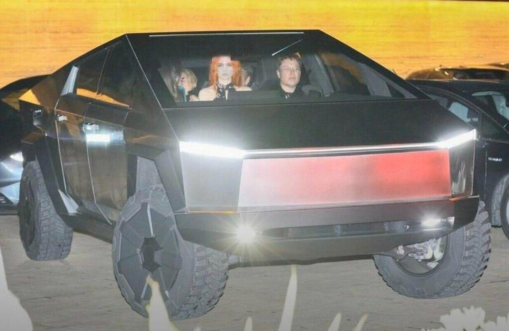 Глава Tesla всередині електрокара з пасажирами