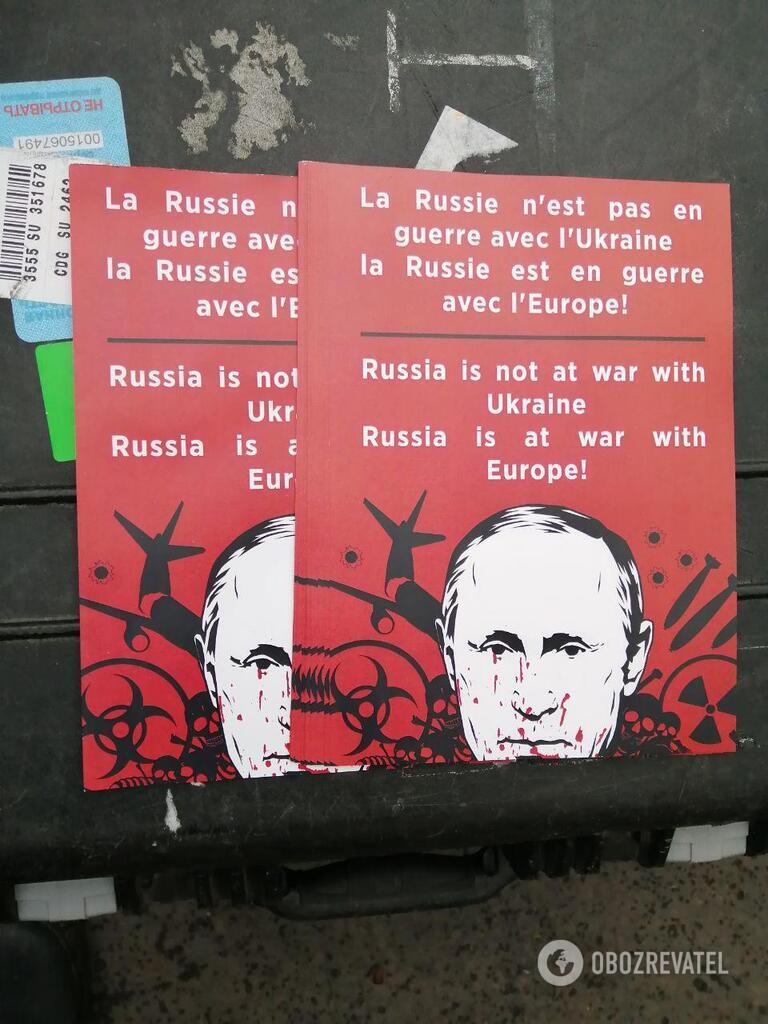 Листовки против Путина в Париже