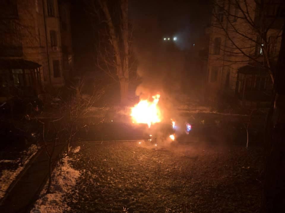 Депутат заявил о поджоге авто в Киеве: жуткие фото и видео