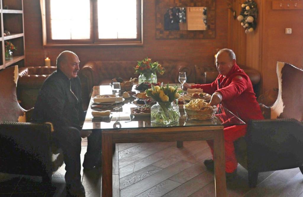 Романтический ужин? Путин и Лукашенко уединились в горах. Фотофакт