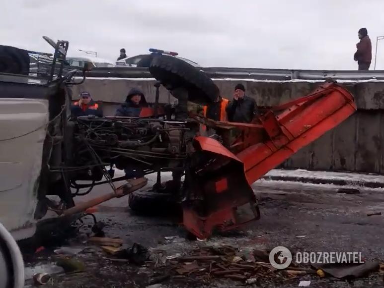 У Києві з естакади злетів трактор: що відомо