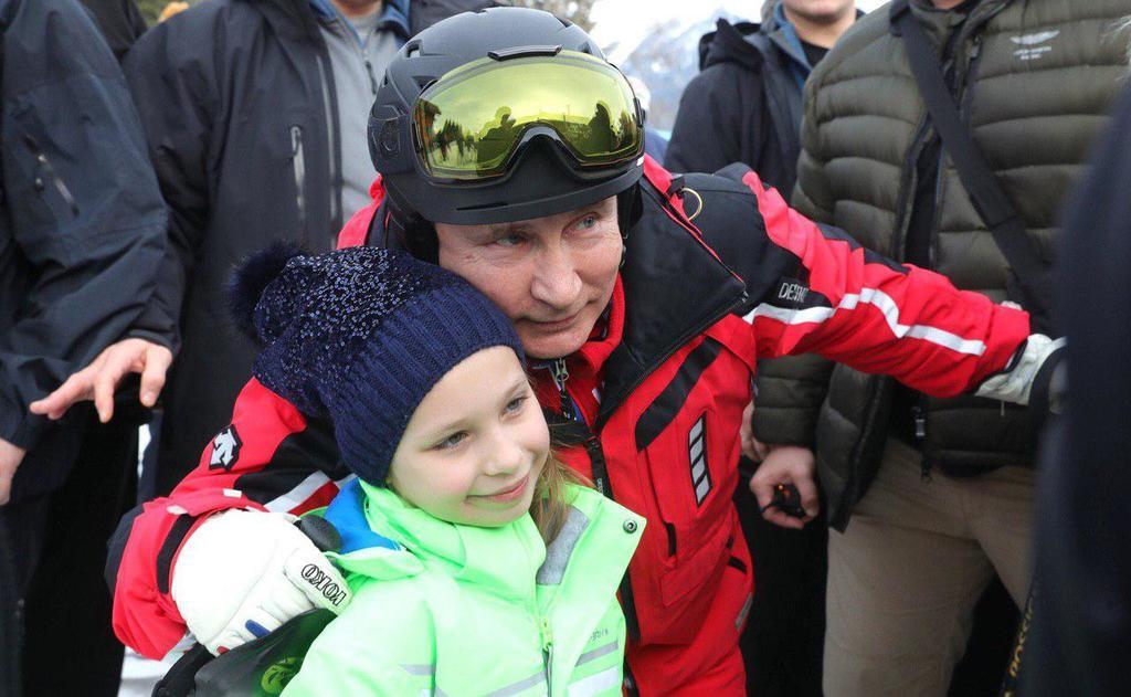 "Путина в Сочи засекли за ""щупаньем"" детей"