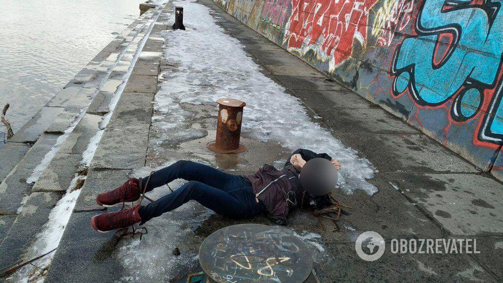 У Києві біля станції метро виявили тіло дівчини. Перші подробиці