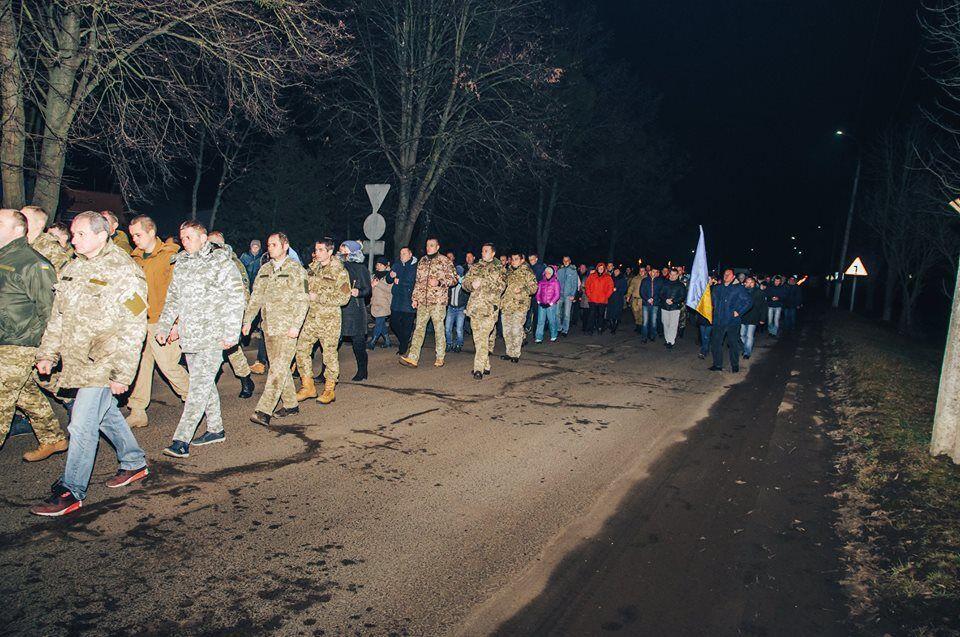 На Рівненщині на колінах зустрічали загиблого бійця