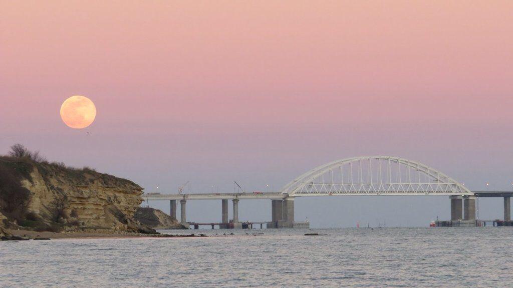 """""""По нему что-то ездит?"""" На Крымском мосту заметили новую проблему"""