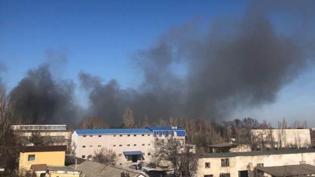 У Криму спалахнула масштабна пожежа на заводі