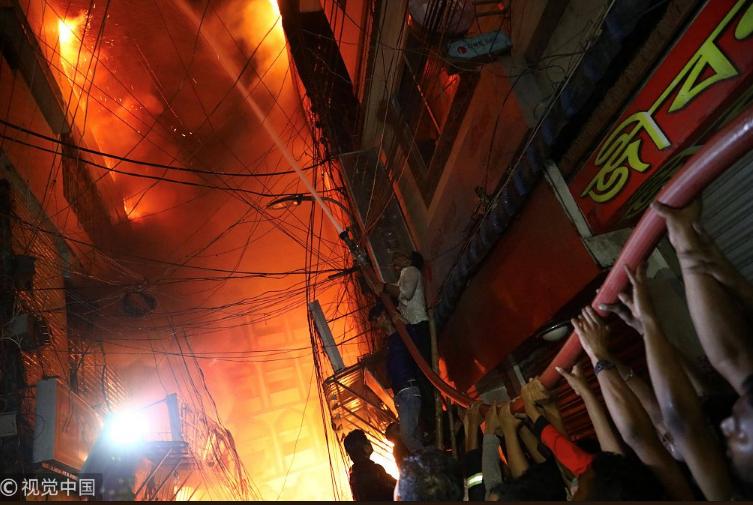 Будинок був нашпигований хімією: у Бангладеш згоріли десятки людей