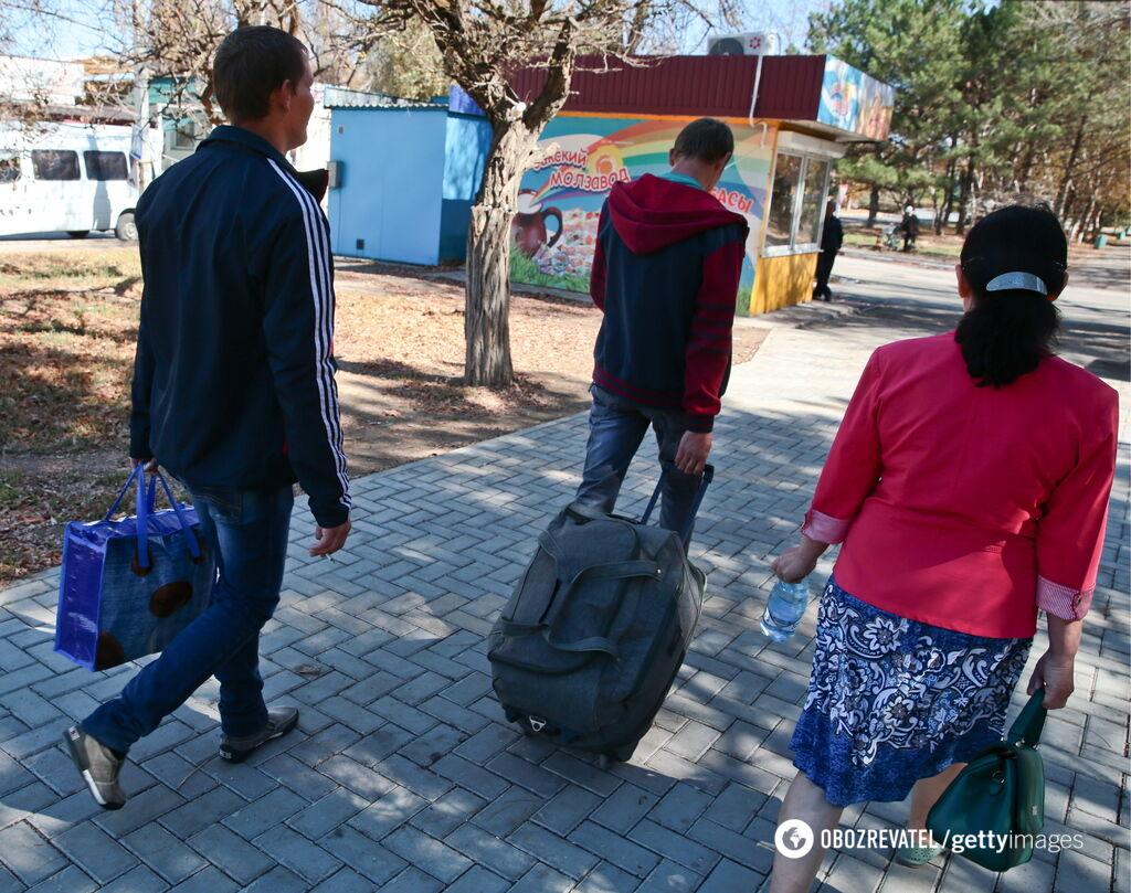 Жители покидают дома