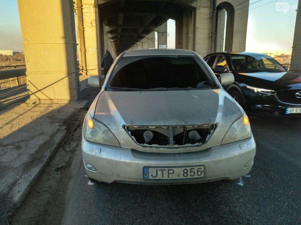 В Запорожье часть конструкции моста Преображенского упала на автомобиль