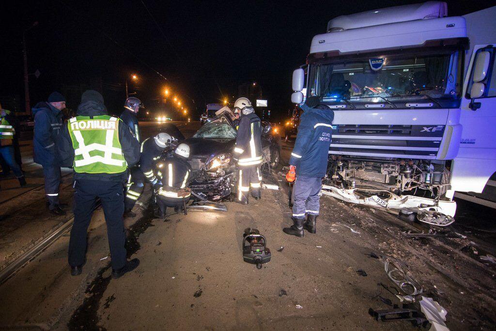 У Києві зіткнулися фура і Mercedes