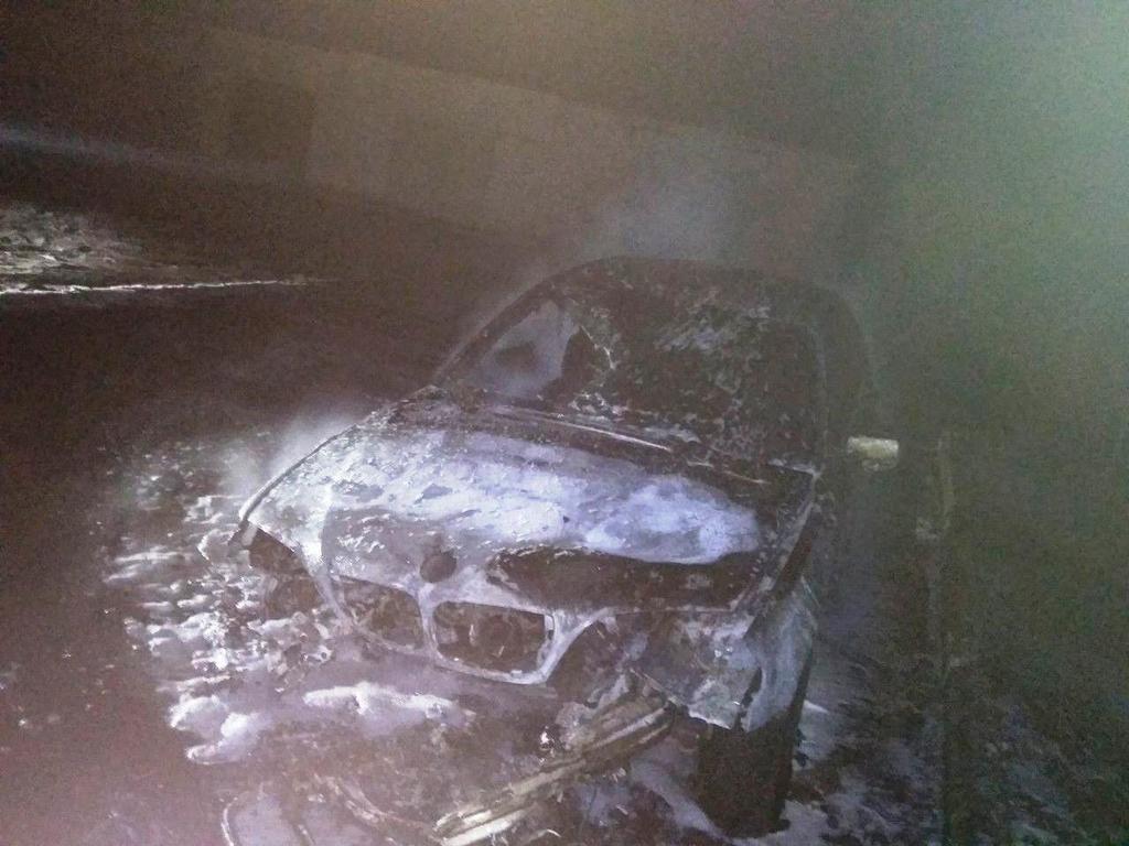 В Запорожской области ночью во дворе жилого дома сгорел автомобиль