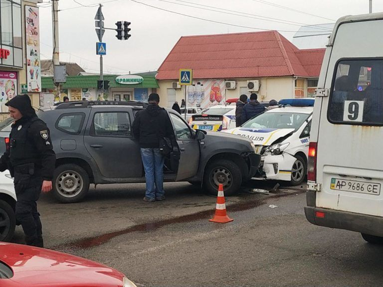 В Запорожье полицейские в погоне за маршртукой спровоцировали тройное ДТП (ФОТО)