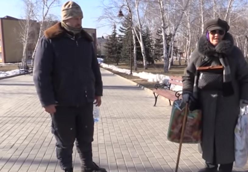 """Пленного украинца провели по улицам """"ДНР"""""""