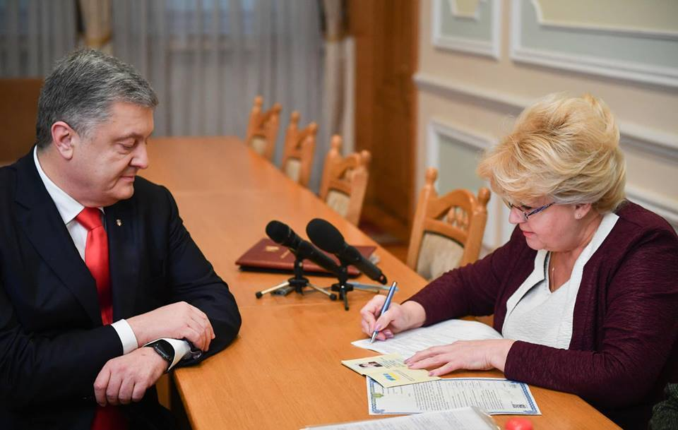 Порошенко подав документи для участі у виборах