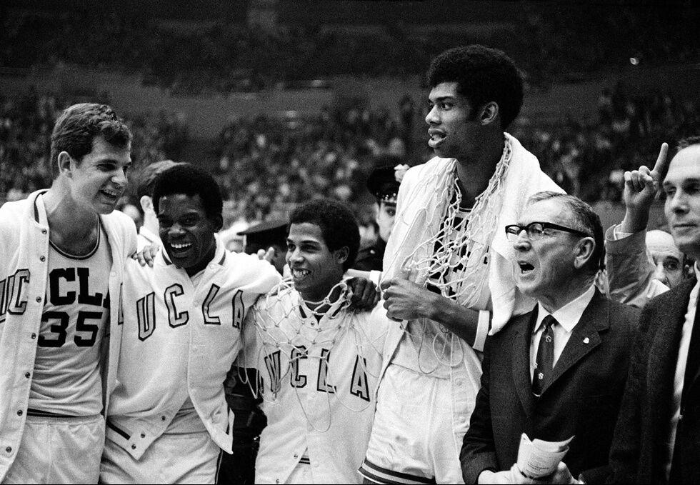 Трогательный снимок с легендарным баскетболистом стал хитом в сети