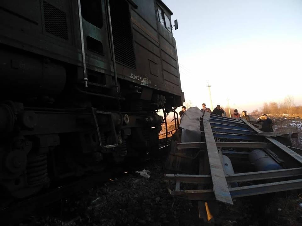 На Прикарпатті потяг протаранив вантажівку: моторошні фото