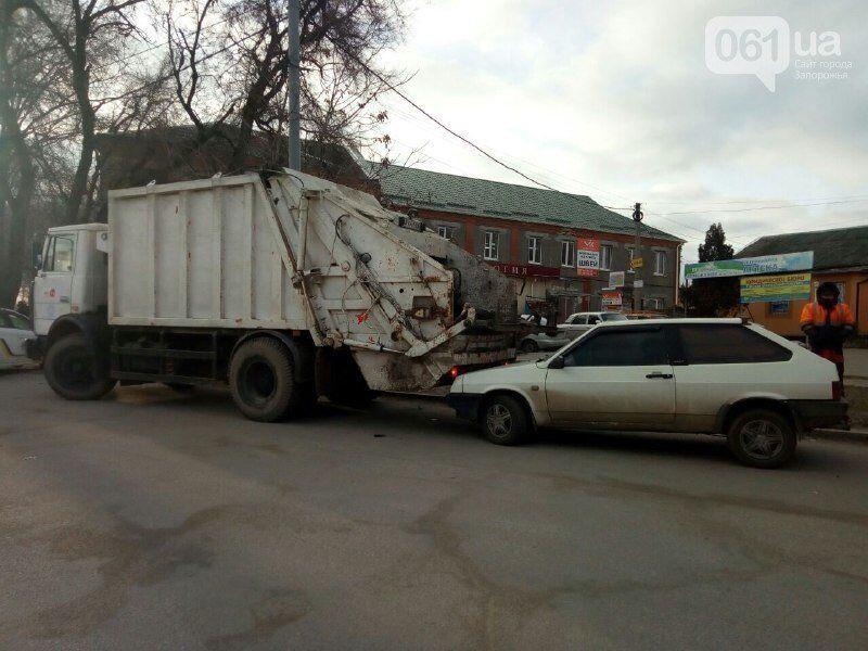 В Запорожье мусоровоз неудачно сдал назад и врезался в ВАЗ