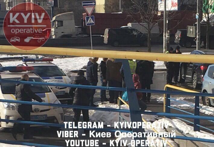 В Киеве в машину бросили