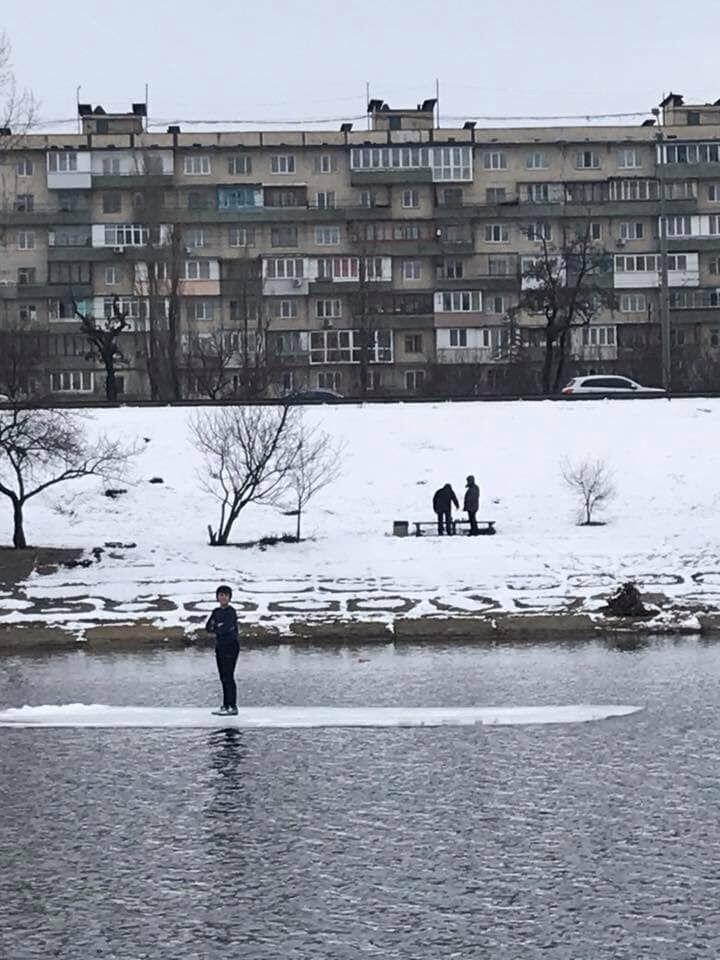 Плив на крижині без куртки: в Києві врятували замерзаючу дитину