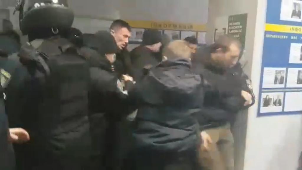 ''Это 2019 год, а не 2013'': стычка радикалов с полицией в Киеве поразила сеть
