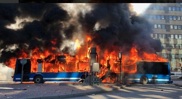 В Стокгольме взорвался автобус: фото и видео