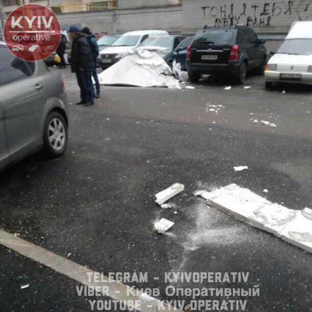 У Києві від будинку відірвало утеплювач