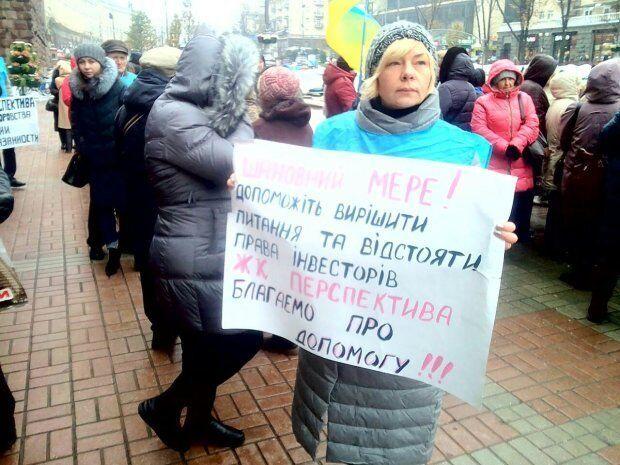 """Инвесторы ЖК """"Перспектива"""" неоднократно приходили под стены Киевсовета с требованием отменить решение о сносе их дома и продолжения строительства"""
