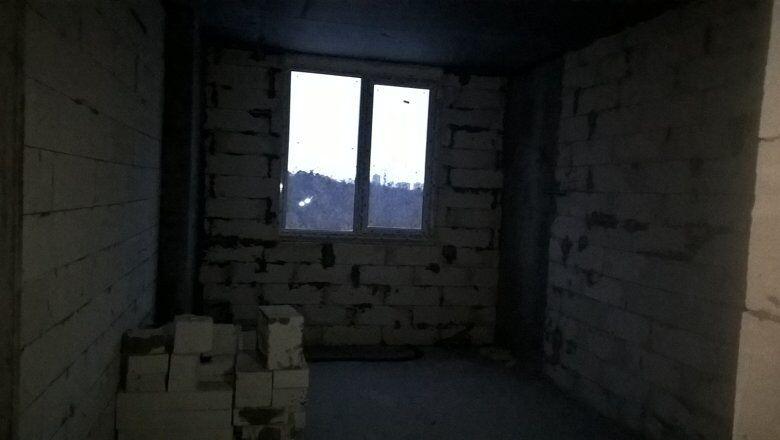 Владимир показывает состояние готовности квартир
