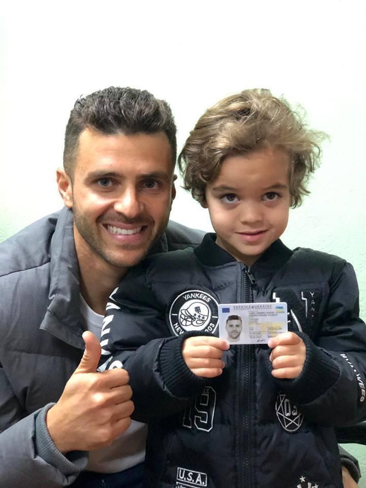 Мораес і його дитина з паспортом України