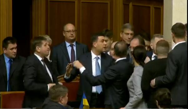 Ляшко устроил потасовку с Гройсманом в Раде: видео